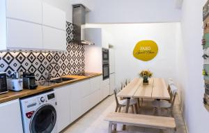 A kitchen or kitchenette at Faro Guest House