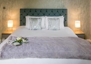 A bed or beds in a room at Pelham House