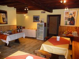 A restaurant or other place to eat at Gelber Löwe B&B Nichtraucherhotel