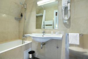 Salle de bains dans l'établissement Hotel du College de France