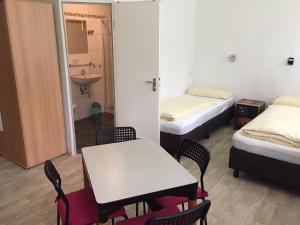 A bed or beds in a room at Jugend-Hotel Nürnberg