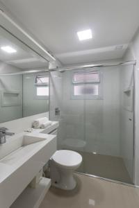 A bathroom at Bombinhas Tourist Apart Hotel