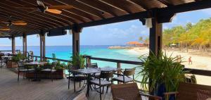 Um restaurante ou outro lugar para comer em Harbour Village Beach Club