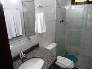 A bathroom at Pousada Calugi