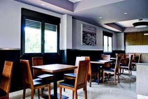 A restaurant or other place to eat at Hotel Rural Neixon