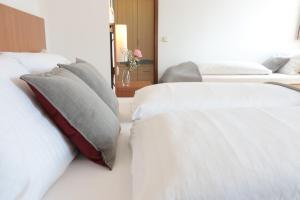 A bed or beds in a room at Hotel Daucher