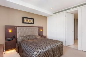 A bed or beds in a room at Stylish 1 bdrm Camperdown - Car park, Gym & Pool