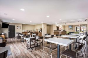 A restaurant or other place to eat at MainStay Suites Cedar Rapids