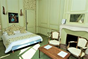 A bed or beds in a room at Hôtel Le Régent
