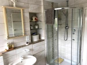 A bathroom at Holly House B&B