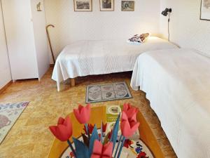 Säng eller sängar i ett rum på 4 person holiday home in HAMMAR