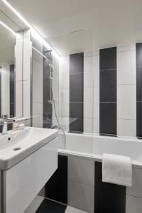 A bathroom at Hotel MIO by AMANO