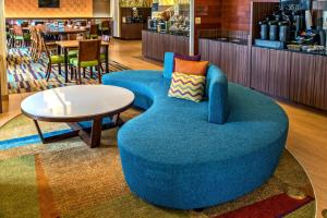 The lounge or bar area at Fairfield Inn and Suites by Marriott Orlando Near Universal Orlando