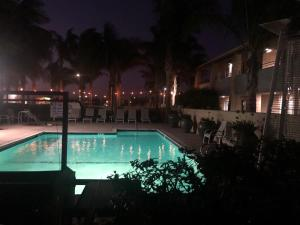 Бассейн в O'Cairns Inn and Suites или поблизости