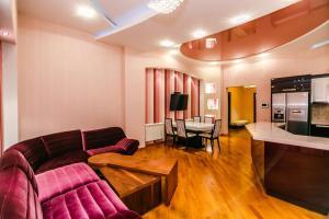 Uma área de estar em Luxary Apartment ISR Plaza