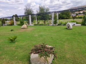 Um jardim no exterior de Solar de Maceira