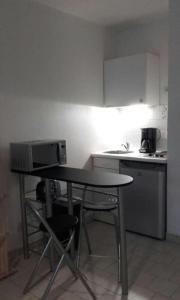 A kitchen or kitchenette at Beau studio , ensoleillé, Wifi, etage 5 ascenceur