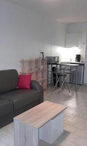 A seating area at Beau studio , ensoleillé, Wifi, etage 5 ascenceur