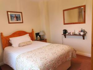 A bed or beds in a room at Northumberland Cottage B&B