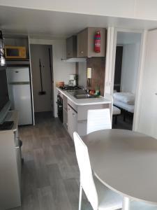 Cuisine ou kitchenette dans l'établissement mobilhome 2 chambres