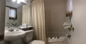 A bathroom at Guest Inn Motel