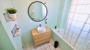 A bathroom at APPARTEMENT du BONHEUR