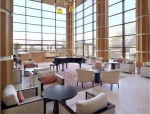 The lounge or bar area at Mövenpick Hotel Amman