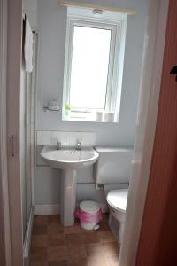A bathroom at Tobermory Hotel