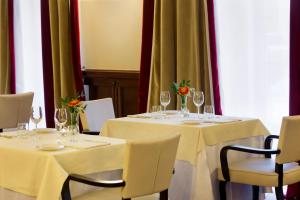 A restaurant or other place to eat at Starhotels Majestic