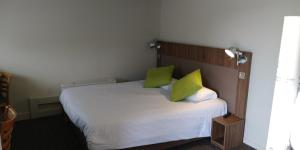 A bed or beds in a room at Campanile Narbonne A9/A61