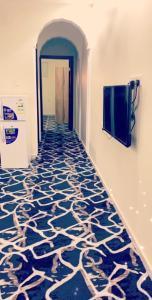 Uma TV ou centro de entretenimento em Al Fakhera Apartments for Singles - Al Bawadi district