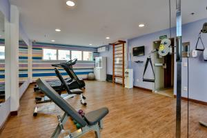 The fitness center and/or fitness facilities at Comfort Hotel Campos dos Goytacazes