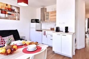 """A kitchen or kitchenette at 6 Couchages, Wifi Fibre & NETFLIX """"experience-immo"""""""
