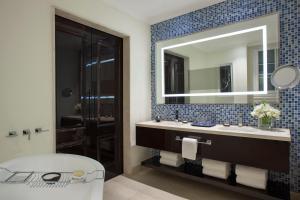 A bathroom at Four Seasons Hotel Buenos Aires