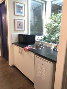 A kitchen or kitchenette at Kings Inn City Hostel