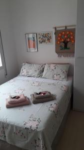 A bed or beds in a room at Aconchegante apezinho com garagem.