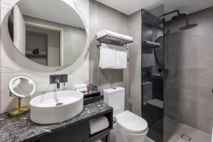A bathroom at Deco Hotel Canberra