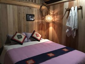 A bed or beds in a room at Giac Xua Guesthouse