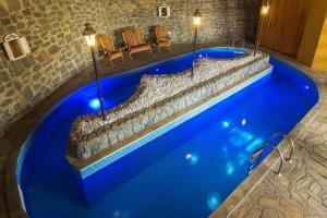 A piscina localizada em Pousada Cerejeiras ou nos arredores