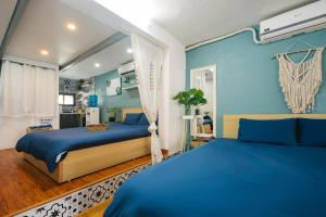 A bed or beds in a room at Tuti Downtown Tahien