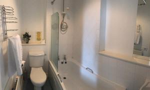 A bathroom at The Anglers Inn