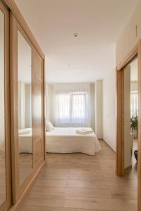 A bed or beds in a room at Apartamento Rosaleda