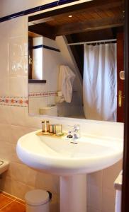 A bathroom at Hotel Yoy Tredòs
