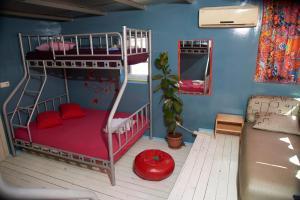 Двухъярусная кровать или двухъярусные кровати в номере Chillout Lya Hostel & Lounge
