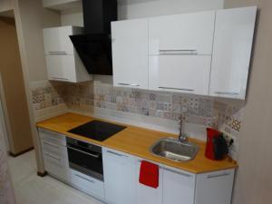 Кухня или мини-кухня в Апартаменты Red Apple