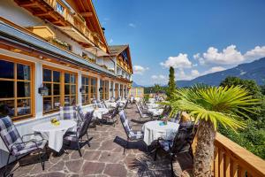 A restaurant or other place to eat at Romantik Alpenhotel Waxenstein