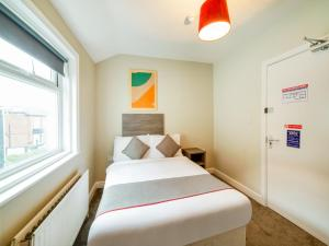 A bed or beds in a room at OYO Tequila and Dunlin Rooms