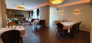 Ein Restaurant oder anderes Speiselokal in der Unterkunft Hotel Zur Mühle