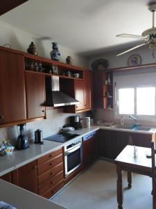 A kitchen or kitchenette at Dora's Apartment 5 min from airport