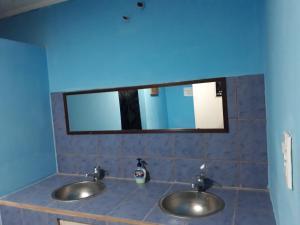 Un baño de Hostel Familia de Campo
